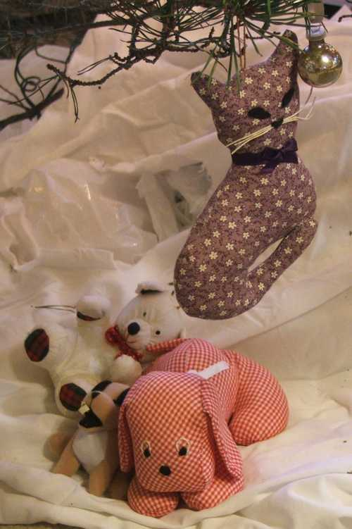 ornaments-gingham-dog-and-calico-cat.jpg